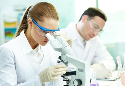 Biologo al microscopio